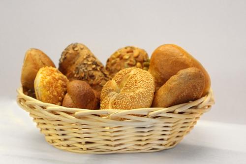 Komplettaufnahme eines Brotkörbchens - darin verschieden Brötchensorten