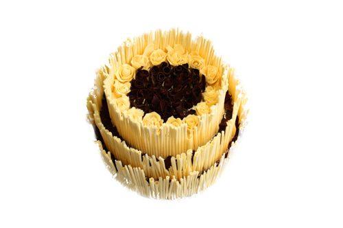 Aufwändige zweistöckige Torte mit weißer Schokoladendekoration - Blüten und Röllchen