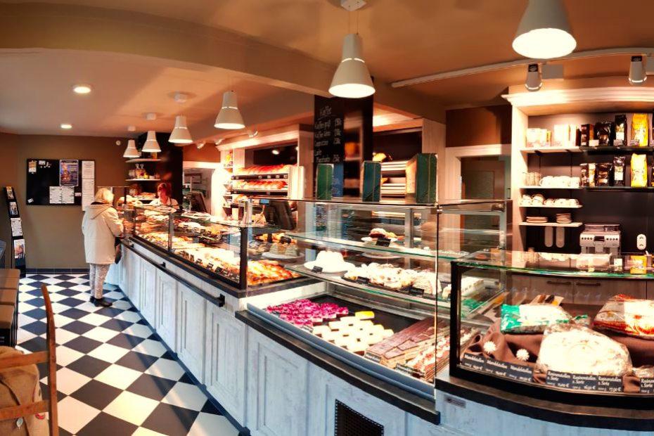 Innenansicht des Ladengeschäftes der Feinbäckerei Meyer in Oelsa von rechts
