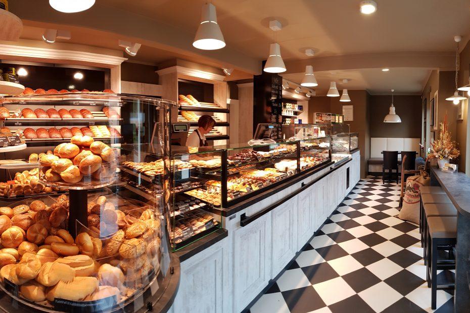 Innenansicht des Ladengeschäftes der Feinbäckerei Meyer in Oelsa von links