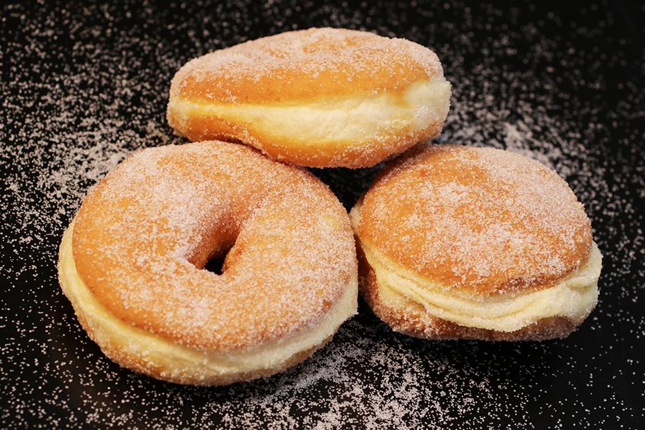 Donut und Pfannkuchen auf dunklem Hintergrund