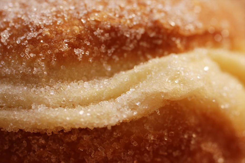Detailaufnahme eines Pfannkuchens, die Zuckerkristalle sind zu erkennen
