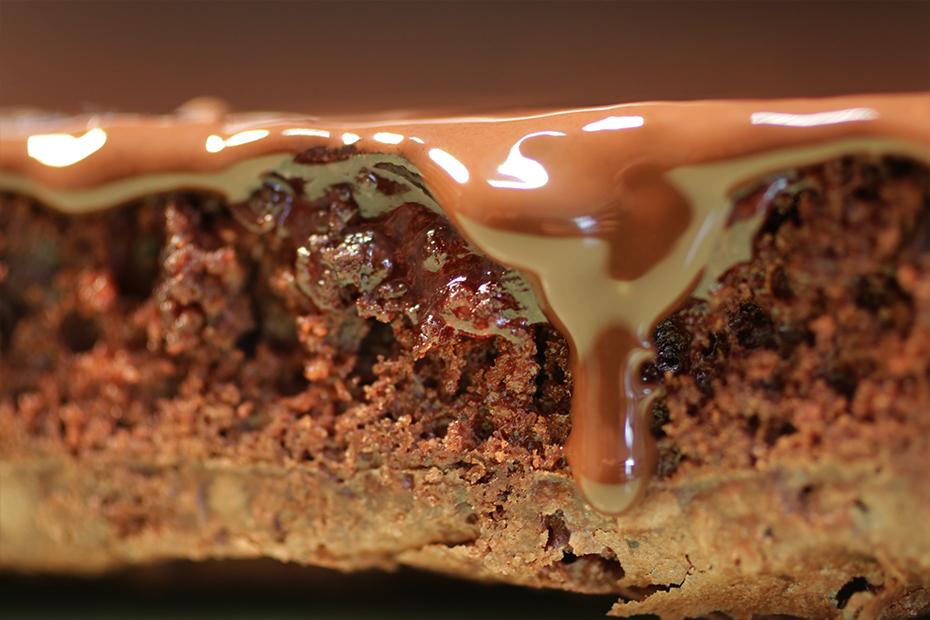 Geschmolzene Schokolade läuft an der Seite eines Kuchens herunter