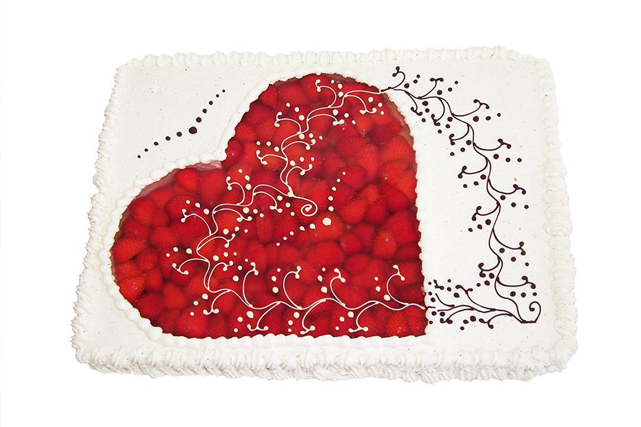 Klassische Herztorte mit Erdbeeren von oben gesehen