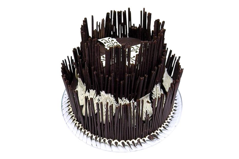 zweistöckige Torte mit aufwändiger Dekoration aus dunkler Schokolade