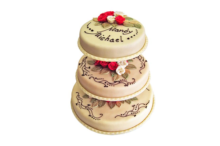Dreistöckige Torte mit Marzipanüberzug und Rosendekoration
