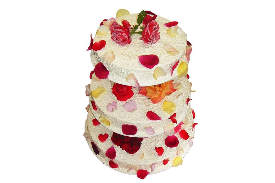 Dreistöckige Torte mit Cremeüberzug und Blütendekoration
